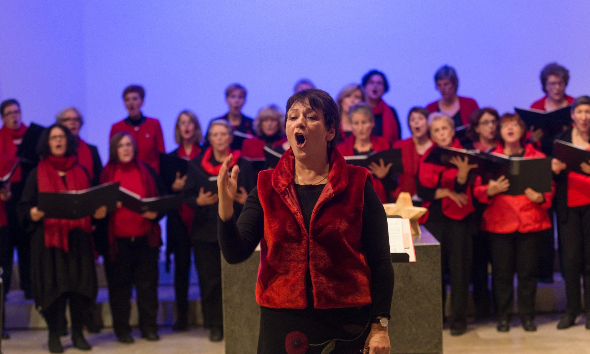 Amei Scheib dirigiert den Chor Frauenstimmen
